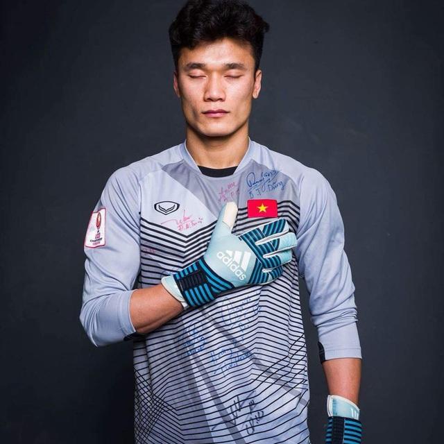 Sau thành tích của U23 Việt Nam ở giải U23 Châu Á, thủ thành Bùi Tiến Dũng bắt đầu được khán giả đặc biệt là các chị em vô cùng quan tâm.