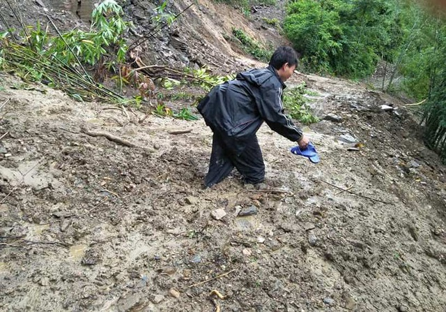 Nhiều nơi, bùn ngập đến đầu gối hoặc ngang bụng, thầy cô vẫn cố gắng vượt qua để đến với học trò thân yêu.