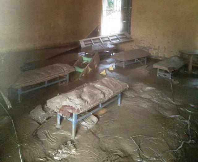 Vào đến điểm trường, các thầy cô phải lo làm sao kéo bùn ra khỏi lớp học để học sinh có chỗ ngồi.