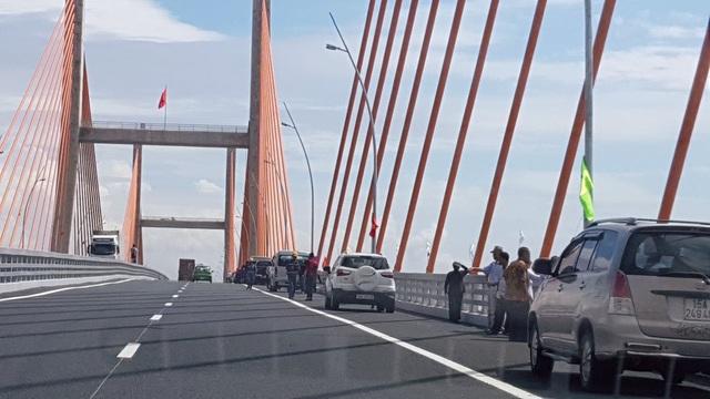 Xe ô tô đỗ thành hàng dài trên cầu Bạch Đằng