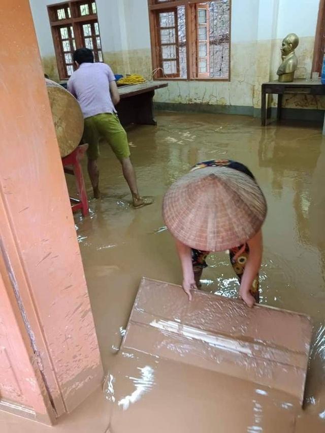 Các phòng học vẫn còn đầy bùn đất chưa thể dọn sạch