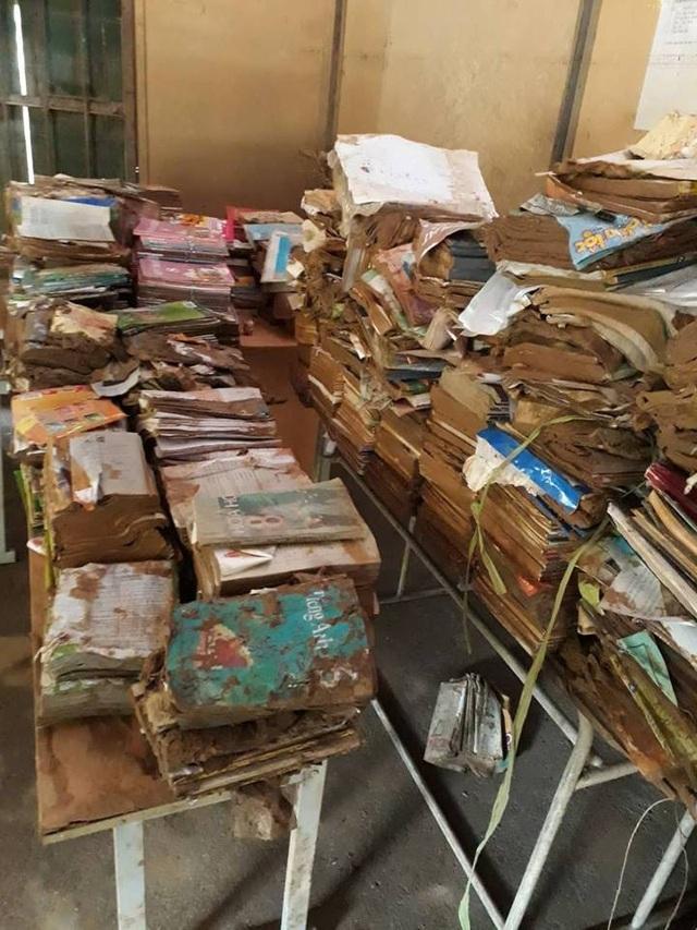 Hàng trăm bộ sách giáo khoa hư hỏng vì ngập nặng