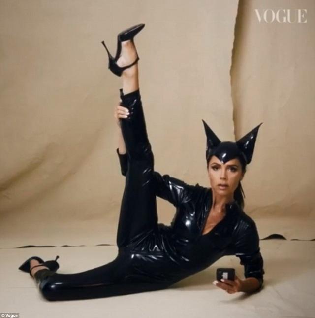 Victoria Beckham diện lại bộ đồ da bóng cô từng mặc trong MV Say Youll Be There cách đây 22 năm