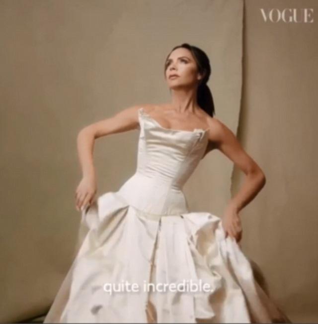 Bà Beck cũng mặc lại chiếc váy cưới hiệu Vivienne Westwood