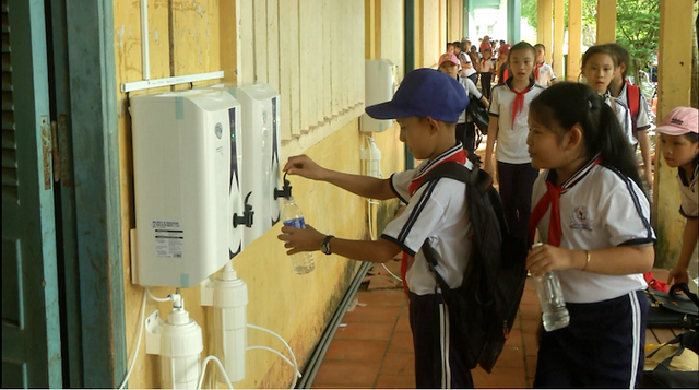 Các em học sinh nô nức lấy nước uống sạch