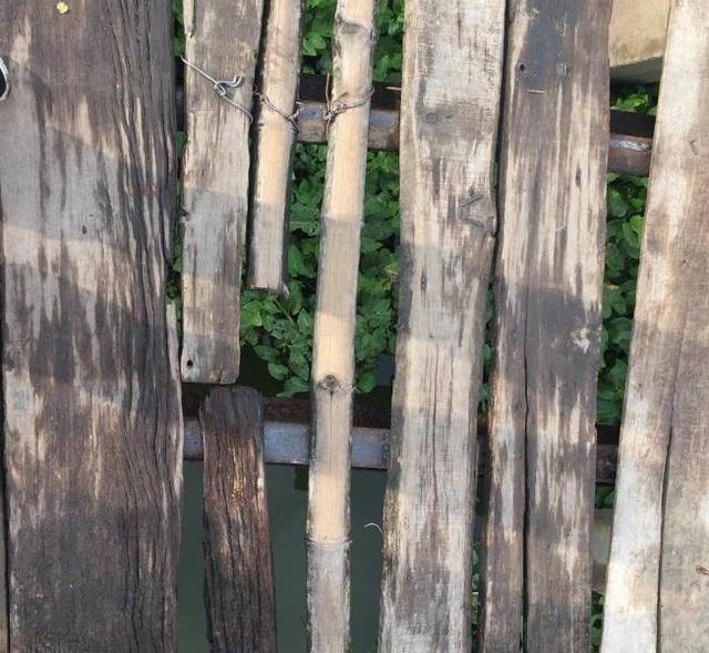 Chỉ bằng một ít gỗ, tre, dây thép buộc sơ sài người dân nơi đây đã có một cây cầu