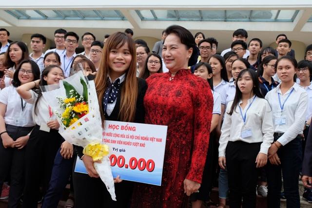 Chủ tịch Quốc hội Nguyễn Thị Kim Ngân tặng học bổng đến sinh viên ĐH Quốc gia TPHCM.
