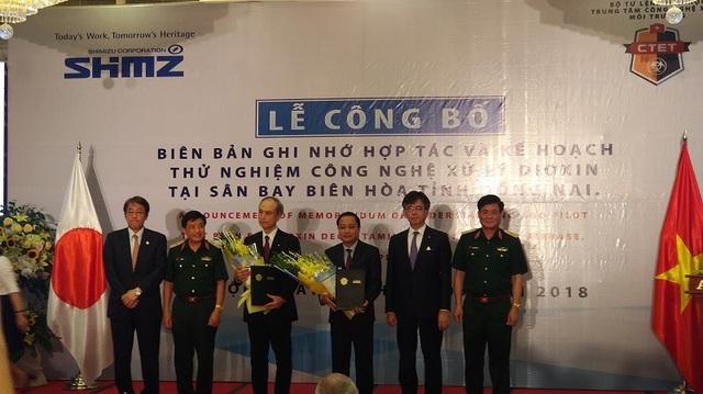 Quang cảnh buổi ký kết biên bản ghi nhớ hợp tác và kế hoạch thử nghiệm công nghệ xử lý dioxin tại sân bay Biên Hòa.