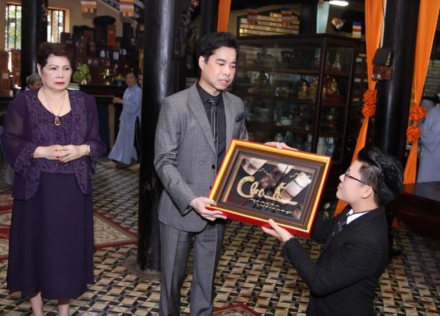 Duy Cường tặng cha nuôi bức tranh làm bằng vàng khắc chữ Cha.