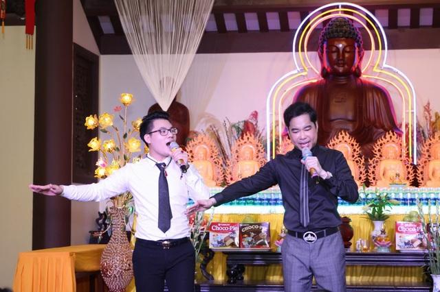Cả hai biểu diễn phục vụ Tăng, Ni, Phật tử tại chùa Giác Lâm.