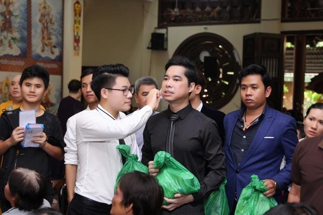 Ngọc Sơn - Duy Cường trao quà cho các gia đình nghèo tại chùa sau khi làm lễ nhận cha con.