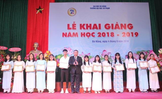 Sáng nay 4/9, Trường ĐH Sư phạm Đà Nẵng tổ chức lễ khai giảng và khen thưởng tân sinh viên đỗ thủ khoa sáng nay.