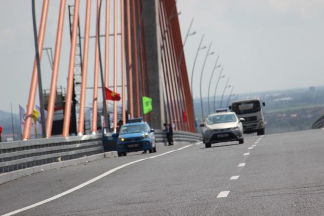 Bất chấp xe ô tô khác vẫn lưu thông qua cầu với tốc độ cao