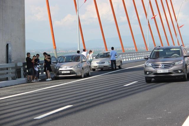 Người trên xe xuống vô tư đi lại trên cầu