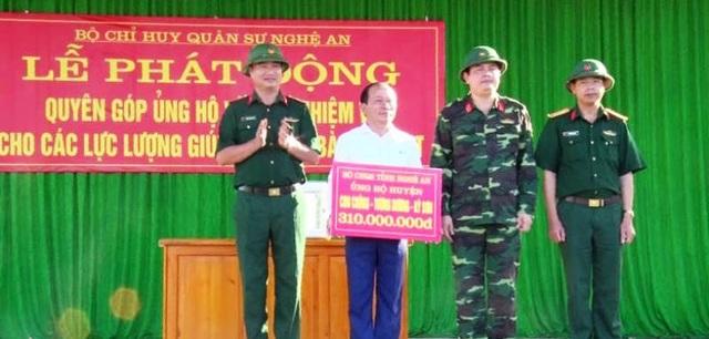 Trao tặng kinh phí hỗ trợ các huyện Con Cuông, Tương Dương và Kỳ Sơn khắc phục hậu quả lũ lụt.