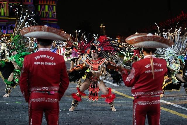 Hàng chục nhóm đã tham gia biểu diễn tại Quảng trường đỏ trong lễ hội quân nhạc năm nay. Trong ảnh: Đội Banda Monumental de Mexico biểu diễn tại lễ hội Tháp Spasskaya 2018.