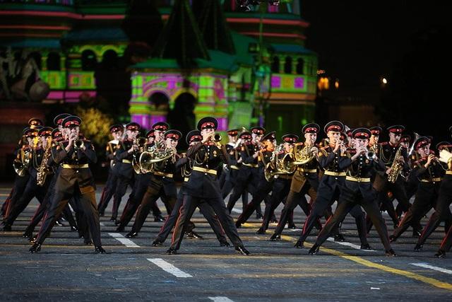 Người dân Moscow và khách du lịch có cơ hội thưởng thức những màn biểu diễn nhiều màu sắc từ các đội quân nhạc hàng đầu thế giới, trong đó có Anh, Monaco, Hà Lan, Oman, Thụy Sĩ, Tây Ban Nha, Italy, Sri Lanka, Mexico và Myanmar. Trong ảnh: Các thành viên của Đội trường quân nhạc Moscow biểu diễn tại Quảng trường Đỏ.