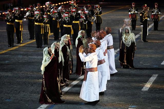 Các đội biểu diễn từ nhiều quốc gia trên thế giới đã mang đến lễ hội nhiều phong cách âm nhạc khác nhau, từ hành khúc, nhạc truyền thống, dân ca cho tới nhạc pop. Trong ảnh: Đội quân nhạc của Vệ binh Hoàng gia Oman biểu diễn tại Nga.