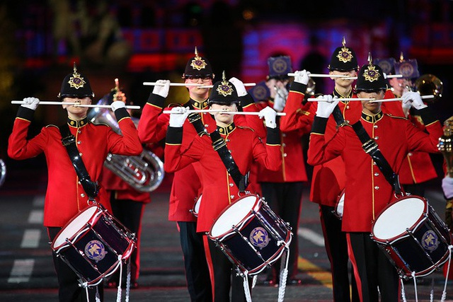 Các ban nhạc sử dụng nhiều loại nhạc cụ khác nhau để biểu diễn, kết hợp cùng các tiết mục múa, biểu diễn với vũ khí, trình diễn laser và pháo hoa. Trong ảnh: Một tiết mục biểu diễn của Đội trẻ hoàng gia Brentwod từ Anh.