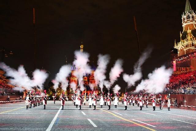 Đông đảo khán giả được theo dõi trực tiếp các màn biểu diễn nghệ thuật đẹp mắt tại Quảng trường Đỏ. Trong ảnh: Ban nhạc của Thụy Sĩ biểu diễn tại Nga.