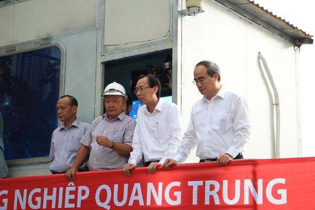 Bí thư Thành ủy TPHCM Nguyễn Thiện Nhân (ngoài cùng bên phải) trong một lần đi thị sát máy bơm chống ngập cho đường Nguyễn Hữu Cảnh