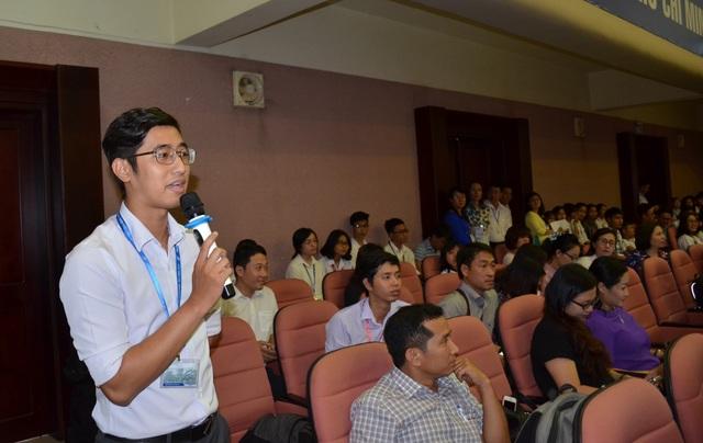 Sinh viên ĐH Quốc gia TPHCM nêu ý kiến.