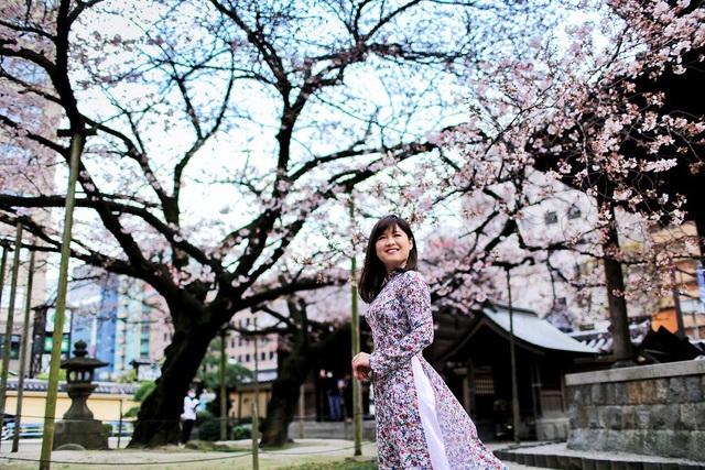 Ngô Thu Huyền trong trang phục áo dài tại Nhật Bản.