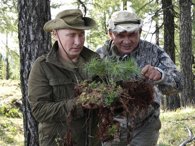 Tổng thống Putin và Bộ trưởng Quốc phòng Nga Sergei Shoigu trong kỳ nghỉ ở Siberia hồi tháng 8 (Ảnh: Sky)