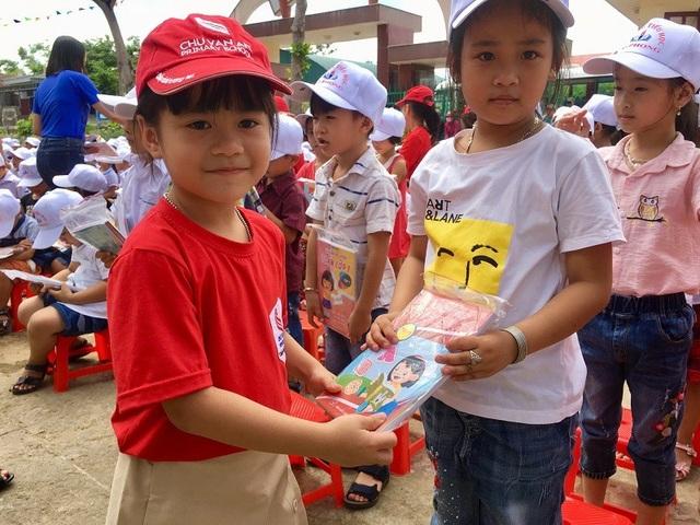 Các em học sinh Trường Tiểu học Chu Văn An tặng quà cho các bạn tại Trường Tiểu học Đại Phong