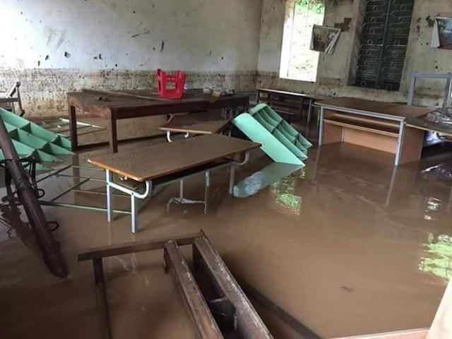 Bàn ghế ngập trong bùn đất
