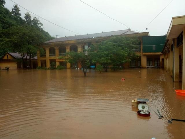 Lũ vẫn chưa rút hết, sân trường vẫn đang ngập nước