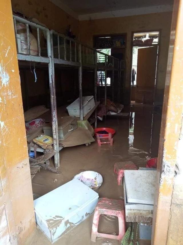 Cảnh ngổn ngang ở khu nội trú của học sinh Trường PTDTBT THCS Tà Hộc. Sau khai giảng, các em học sinh vẫn tạm thời nghỉ học vì chưa bố trí được nơi ăn chốn ở