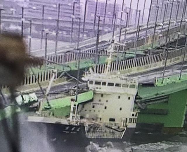 Gió mạnh khiến một tàu chở dầu gần 2.600 tấn đâm vào cây cầu nối sân bay Kansai xây dựng trên một đảo nhân tạo nối với đất liền. (Ảnh: Youtube)
