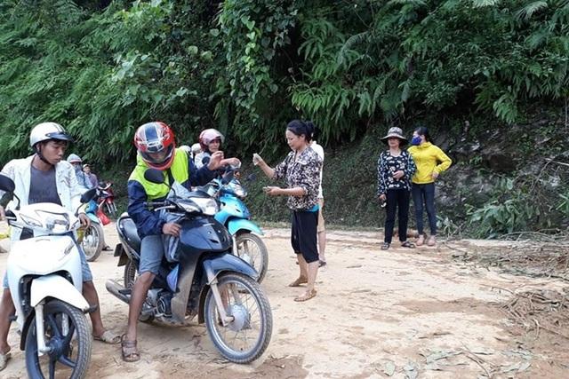Một trong số những người đứng ra thu vé đoạn đường sạt lở. Hình ảnh khiến người dân xã Lương Thịnh, huyện Trấn Yên (Yên Bái) và dư luận xã hội rất bất bình (Ảnh: Vùng cao 24h).