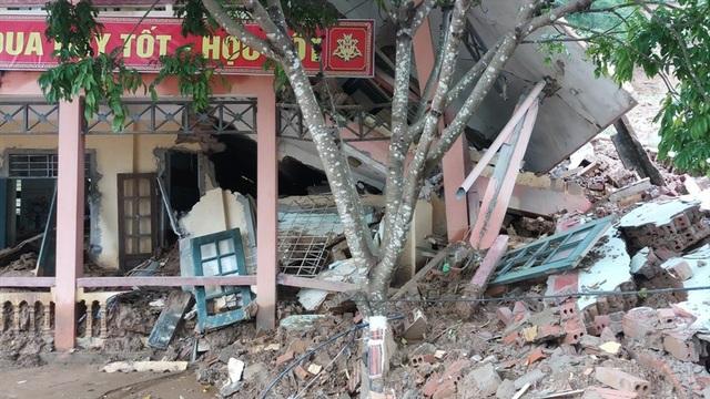 Trường tiểu học xã Trung Sơn bị đổ sập khiến hơn 260 học sinh không có lớp học