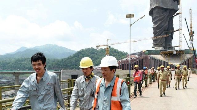 Hơn 2.500 công nhân, trong đó có cả công nhân Trung Quốc, tham gia dự án xây dựng tượng đài. (Ảnh: AFP)