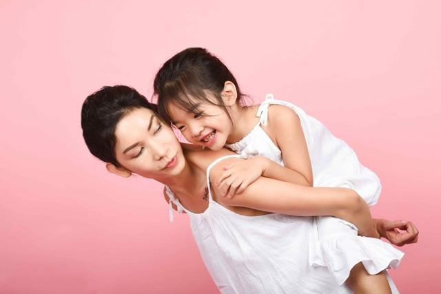 Xuân Lan và con gái.