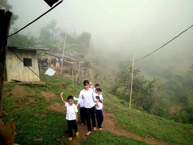 Các cô dẫn các cháu đến khai giảng từ sáng sớm khi sương chưa tan
