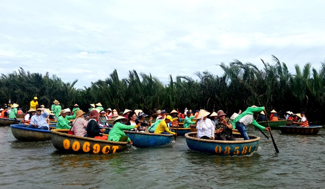 Du khách đến Khu du lịch rừng dừa Bảy Mẫu rất đông, nhất là vào dịp lễ, tết, ngày cuối tuần