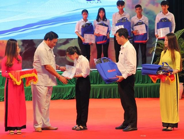 Phó Bí thư Thường trực Tỉnh ủy Bình Định Lê Kim Toàn (thứ hai, bên trái) trao học bổng đến các tân sinh viên nghèo học giỏi.