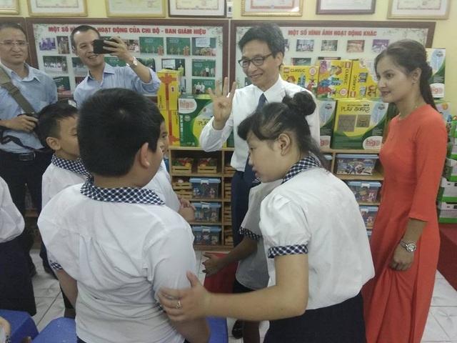 Phó Thủ tướng thăm các học sinh khuyết tật đang học tại trường tiểu học Thanh Trì, Hà Nội.