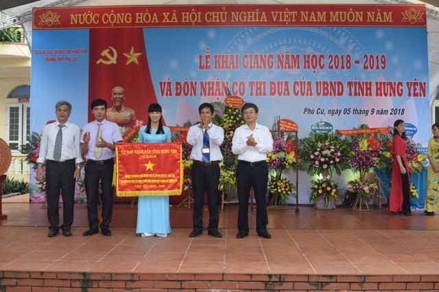 Trong dịp khai giảng năm học mới thầy và trò trường THPT Phù Cừ vinh dự được nhận Cờ thi đua của UBND tỉnh Hưng Yên vì có thành tích xuất sắc trong phong trào thi đua khối các trường THPT năm học 2017- 2018.