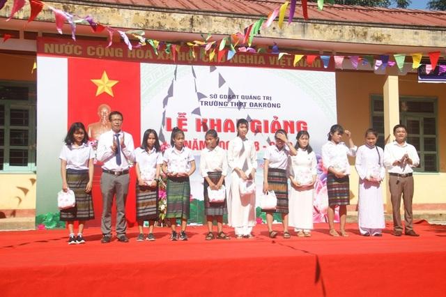 Ban giám hiệu nhà trường tặng áo dài cho học sinh