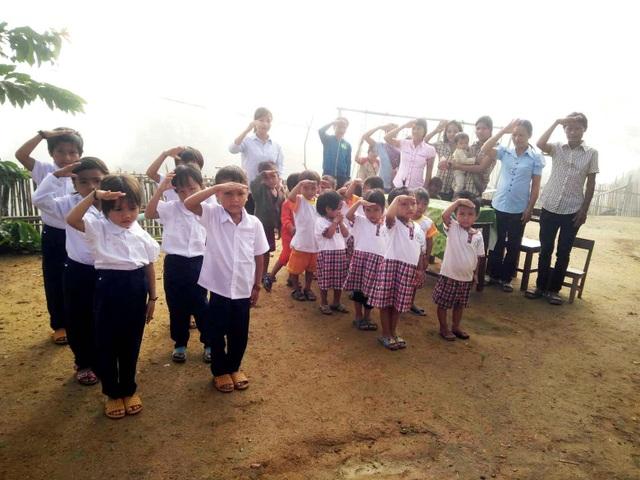 Cảm động Lễ khai giảng của học sinh đồng bào Cadong - 4