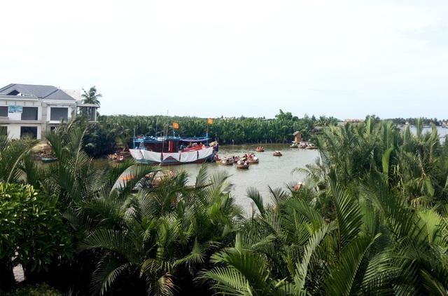 Thuyền lớn chở du khách vào rừng dừa, kéo theo là một loạt thuyền thúng vào chở khách tham quan, mở nhạc lớn ảnh hưởng đến những người dân xung quanh; đặc biệt là những người thích không gian yên tĩnh