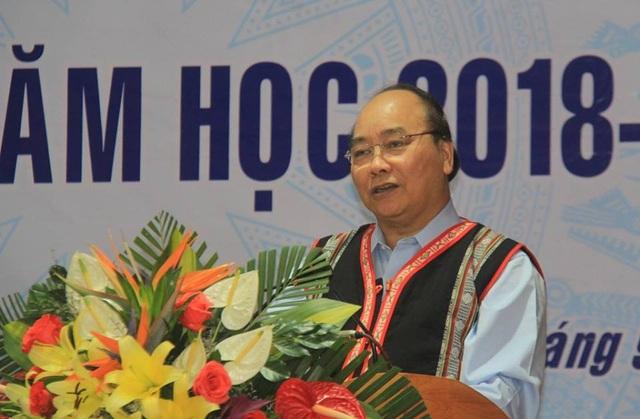 Thủ tướng ghi nhận những nỗ lực của thầy và trò trong việc sửa chữa trường lớp sau khi sạt lở
