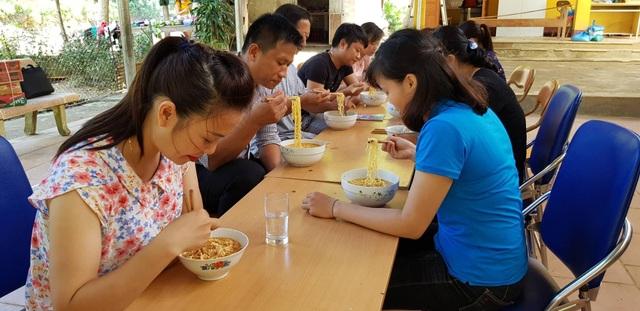 Sau lễ khai giảng, các thầy cô giáo chia nhau bát mì tôm ăn vội buổi trưa. Thầy cô giáo tiếp tục ở lại quét dọn vệ sinh, còn học sinh thì được nghỉ học về nhà, khi nào ổn định nơi ăn chốn ở mới quay trở lại học tập