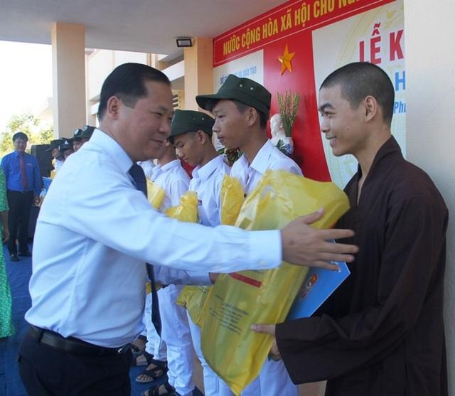Phó Chủ tịch UBND tỉnh Bình Định Nguyễn Phi Long trao học bổng cho học sinh nhân dịp đầu năm học mới.