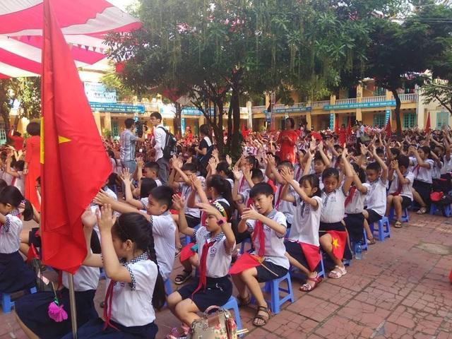 Phó Thủ tướng Vũ Đức Đam cùng học sinh hát vang bài quốc ca ngày khai giảng - 2