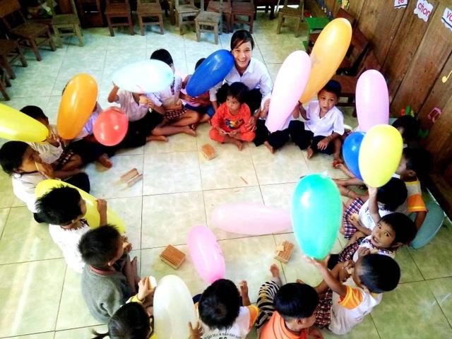 Các cháu học sinh được tặng bóng bay, ăn bánh ngọt trong ngày đầu khải giảng